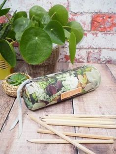 Round Pencil Pouch – Free Pattern – The Folk Art Factory Sewing Patterns Free, Free Sewing, Sewing Tutorials, Sewing Projects, Pattern Sewing, Craft Projects, Duct Tape Flowers, Birthday Gifts For Teens, Teen Birthday