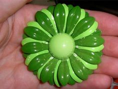 LOVELY VINTAGE KELLY GREEN LIME DAISY ENAMEL FLOWER GIRLY LARGE ESTATE BROOCH PIN NR