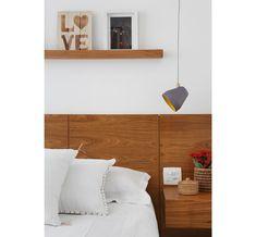10-apartamento-de-90-m2-no-rio-de-janeiro-aposta-no-branco-e-na-madeira Floating Nightstand, Floating Shelves, Home Bedroom, Bedrooms, Ceiling Lights, Lighting, Architecture, Table, House