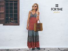 Bolso shopping de rafia y vestido largo estampado de FOR TIME