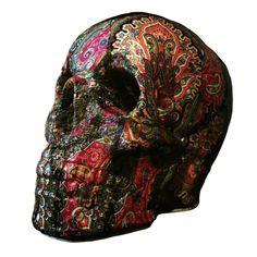 Calavera decorativa artesanal. Fabricada y decorada a mano con motivos de cachemir. Tamaño real.
