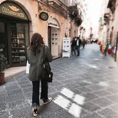 Camminando a testa in su inciampando nei sogni. Buon weekend ❤️ . . . bestoftheday #streetphotography #like #life #look #lookofday #lookoftheday #photographer #photooftheday #photooftheweek #photography #black #white #me #streetstyle #streetphotography #streetfashion #outfit #outfitoftheday #outfitinspiration #outfitpost #style #brunette #ootd #ootdfashion #holidays