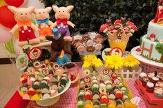O aniversário da Maria Luiza reuniu dois contos infantis em uma só festinha: Chapeuzinho Vermelho e Os Três Porquinhos. A decoração, assinada pela Studio D