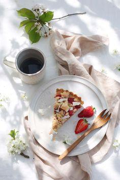 ... glutenfree rhubarb-strawberry tart with almond custard and licorice puder ...