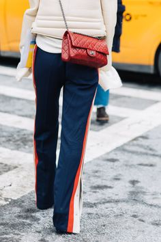 Street style à la Fashion Week automne-hiver 2017-2018 de New York pantalon de jogging tendance athleisure sac chanel