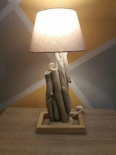 Lampada da tavolo realizzata  in  legno levigato e sbiancato dal mare