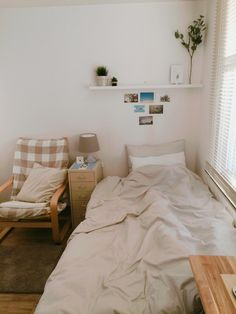 Small room design – Home Decor Interior Designs Clean Bedroom, Home Bedroom, Bedroom Decor, Bedroom Cleaning, Entryway Decor, Deco Studio, Small Room Design, Minimalist Room, Aesthetic Room Decor