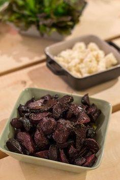 Paahdetut punajuuret nousevat ihan uudelle tasolle, kun punajuuret maustaa balsamicolla eli balsamiviinietikalla. Kun mukaan heittää vielä reilusti yrttejä häviää kilo punajuuria hetkessä. Balsamico-punajuuret sopivat ruoan lisukkeeksi ihan sellaisenaan. Balsamico-punajuuret voi tarjoilla myös alkuruokana vuohenjuuston kera... Vegetarian Recepies, Vegan Recipes, Vegan Food, Food Food, No Salt Recipes, Just Eat It, Rice Dishes, I Foods, Food Inspiration