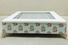 Caixa de bijuteria branca, revestida de tecido floral e listrado