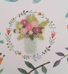 ― 「Petit tissage spécial fête des mères : un bouquet à la place de vraies fleurs pour changer un…」 Peyote Stitch Patterns, Seed Bead Patterns, Beading Patterns, Flower Patterns, Seed Bead Flowers, Beaded Flowers, Iron Beads, Beaded Crafts, Peyote Beading