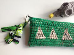 棒針入れ(35cm基準)として作りましたが、筆や笛?長いもの入れてください。糸の色に合わせたしっかりとしたアフリカンファブリックの裏地。いろんな色の裂き布をコ... ハンドメイド、手作り、手仕事品の通販・販売・購入ならCreema。