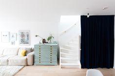 Visite de l'appartement de Manfung & Angel situé à Rotterdam. Le couple prône une décoration épurée fortement inspirée de la tendance scandinave.