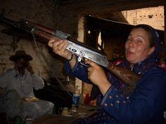 In der Waffenfabrik eines pakistanischen Warlords Hanging Out, Pakistan, My Friend, Arms, Politics, Reading, Viajes, Arm, My Boyfriend