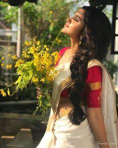 Latest stills of south Indian actress Anupama Parameswaran. Beautiful Girl Indian, Beautiful Indian Actress, Beautiful Actresses, Beautiful Lips, Kerala Traditional Saree, Kerala Saree Blouse Designs, Saree Hairstyles, Saree Poses, Lehriya Saree