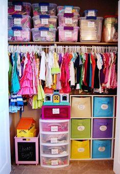 Ranger vêtements bébé dans des boites plastique