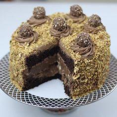 Decorado com Ferrero Rocher e uma ganache de Nutella, este Bolo Cheesecake de Nutella do canal Vai Comer o Quê é incrível. Todo mundo vai amar.