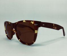 c06f646e89e45 Óculos de sol feminino com estilo camuflado em marrom.