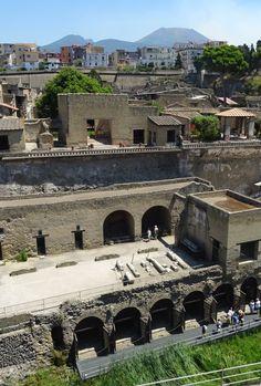 Toen as en aarde omhoog werden gebracht - Overzicht van Herculaneum, met de Vesuvius op de achtergrond.