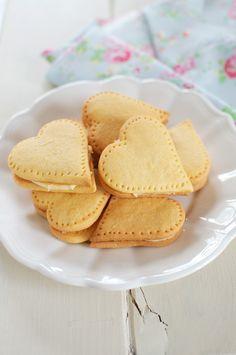 Nigella Lawson& delicious recipe for Custard Cream Hearts. Custard Recipes, Baking Recipes, Cookie Recipes, Snack Recipes, Dessert Recipes, 13 Desserts, Delicious Desserts, Yummy Food, Biscuit Cookies