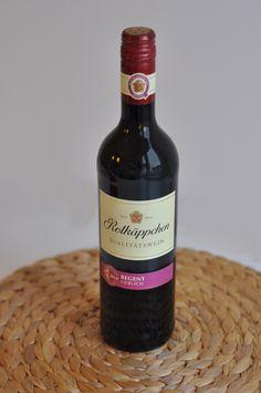 In der dunklen Jahreszeit macht man es sich gerne zuhause gemütlich - zum Beispiel mit diesem lieblichen Rotwein von Rotkäppchen!