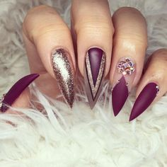 If you're looking for a bold look, stiletto nails are your best choice. The trend of stiletto nails is hard to ignore. Whether you like it or not, stiletto nails will stay. Stiletto nails are cool and sexy, but not everyone likes them. Burgundy Nail Designs, Burgundy Nails, Burgundy Colour, Maroon Nails, Red Colour, Purple Nails, Purple Gold, Dark Colors, Colours