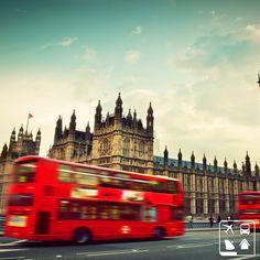 Em Londres, o volante do carro fica do lado direito, e os veículos trafegam pela esquerda. Estranho, né? Você que já foi por lá, marque seu amigo que nunca foi e mostre o quão apaixonante é essa viagem! #ClubePeloMundo #AmoViajar #Viagens #ClubeTurismo #Londres