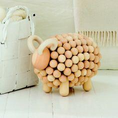 """Aarikka PÄSSI Schaf aus Holz, 24 cm hoch, natur klar lackiert  Die grossen PÄSSI-Schafe sind Geschenke für diejenigen unter uns, die schon """"alles haben"""" oder eine Belohnung für sich selbst. Als Wohnaccessoire der Premiumklasse weisen Sie auf den Stil seines Eigentümers hin und passen daher hervorragend in den Eingangs- oder Wohnbereich. Sei es ganz natürlich ohne Farbe oder in den Kombinationen schwarz/weiß, schwarz/bunt, weiß/bunt - dieses Schaf wird alle Blicke auf sich ziehen."""