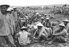 Tirailleurs indochinois du 1er BTI au camp de Zeitenlik (Salonique, Grèce), photographie anonyme, 1916. © Coll. Éric Deroo/DR