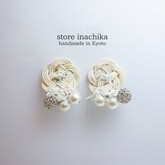 【再販】着物にあう白いお花のイヤリング 水引 オフホワイト|イヤリング・ノンホールピアス|store inachika|ハンドメイド通販・販売のCreema Diy Earrings, Stud Earrings, Jute Crafts, Jewelry Making Tutorials, Rattan, Knots, Embroidery, Crochet, Handmade