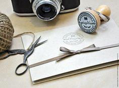 Nouveau logo et tampon en bois réalisés pour Mélusine Photographie. #tampon #logo #photographe #alsace #france #tamponbois #tamponpersonnalisé #tamponlogo