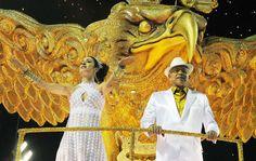 Os músicos Paulinho da Viola e Marisa Monte desfilam em carro da Portela, escola de coração dos dois.