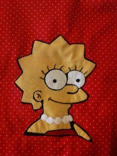 Detalhe da almofada com aplicação em feltro da Lisa Simpson. Simpsons
