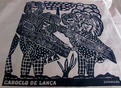 """""""Caboclo de lança"""". Peça traz a interpretação do artista Givanildo Francisco da Silva sobre o folguedo carnavalesco pernambucano. Temos peças impressas em preto sobre fundo café com leite."""