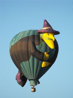 hot air balloon - wicked witch ~ Just too cute. Balloons Galore, Helium Balloons, Air Ballon, Hot Air Balloon, Halloween Ii, Halloween Witches, Happy Halloween, Balloon Rides, Wicked Witch
