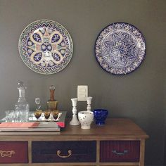 Bom dia! Esses dois pratos já são conhecidos por vocês, mas agora mostro um cantinho da casa que eu particularmente adoro!! 😍😍😍 Ótima sexta-feira a todos!! #ceramics #ceramic #ceramica #cerâmica #art #artist #arte #artista #pinturaamao #decoration #decoracao #decoração #decoracaodeinteriores #lilianacastilho