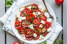 Perfect Marinated Tomatoes with Mozzarella Marinated Tomatoes – Full of summer flavors these healthy tomatoes are soaked up with olive oil, balsamic vinegar and fresh herbs. A perfect hors d'oeuvre that everyone will love!Ingredients list f… Potluck Side Dishes, Side Dishes For Bbq, Side Dish Recipes, Sides For Bbq, Side Dishes With Burgers, Party Side Dishes, Christmas Salad Recipes, Christmas Potluck, Cooking Recipes