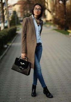 Abbinare gli stivali bassi - Cappotto classico e jeans con stivaletti bassi