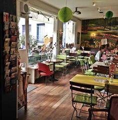 Gartensalon. Das Café mit bunten Stühlen und blumigem Gartenbereich bietet Frühstück, Snacks und selbst gebackenen Kuchen. Adresse: Türkenstraße 90, 80799 München