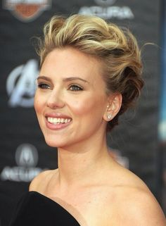 More Pics Of Scarlett Johansson Bobby Pinned Updo Scarlett Johanson Updos More Angles Of Scarlett Johansson Bobby Pinned Updo Stylebistro Short Hair Updo, Curly Hair Styles, Messy Updo, Pixie Updo, Chignon Updo, Bun Hair, Wavy Hair, Up Hairstyles, Wedding Hairstyles