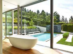 Badezimmer mit Gartenblick