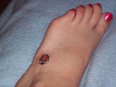 Tatuagem feminina de joaninhas (08)