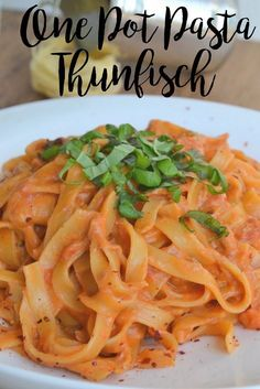 One-pot pasta with tuna 500 g pasta (tagliatelle is very suitable) 1 do . - One-pot pasta with tuna 500 g pasta (tagliatelle is very suitable) 1 can of chopped tomatoes 1 hand - Tuna Recipes, Pasta Recipes, Dinner Recipes, Cooking Recipes, Healthy Recipes, One Pot Dishes, One Pot Meals, Easy Meals, Tomate Cocktail