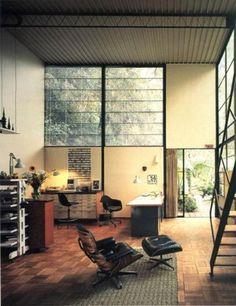 デザイン家具が並ぶお部屋。不思議なカベや窓との相性も素敵にコーディネートされています。 窓から見える景色も、美しいですね。
