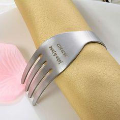 Gepersonaliseerde Vork Design RVS Servetring Mooi #bedankje voor je daggasten. Verras ze er mee bij het diner! #bruiloft