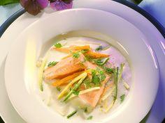 Buttermilchsuppe mit Lachsforelle und Gemüsejulienne - smarter - Zeit: 30 Min. | eatsmarter.de Suppe mit Buttermilch und Fisch: klingt lecker und gesund.