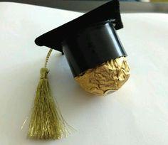 Obsequia o decora pequeños detalles de graduación usando el birrete como inspiración. Basta usar un poco de cartulina o fomi negro para hac...                                                                                                                                                                                 Más