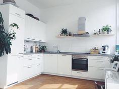Schöne Helle Offene Küche Mit Weißen Fronten Und Dunkler Arbeitsplatte.  #einrichtung #küche #