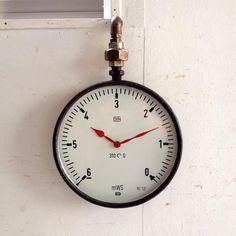 アンティークの壁掛け時計 フランスのアンティーク熱量計をリメイクしてインダストリアルな壁掛け時計に仕上げました!どうでしょう?クールでカッコよくないですか??ご自宅のにはもちろん、カフェやレストラン、洋服屋さん、どこでも目に止まる素敵なインテリアとして飾ってください!