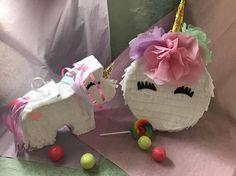 🌈🦄 Nuestros unicornio piñatas se hacen a mano cuidadosamente para asegurarse de que reciba una creación de calidad para su evento especial! Estas pequeñas criaturas mágicas son perfectas para: -Cumpleaños del partido favores -Despedida de soltera favores de partido -Bebé ducha favores -Propuestas Dama de honor - Y mucho más! ----- Nuestros mini piñatas se hacen con papel crepe y cartulina resistente. Cada uno tiene una trampilla que se puede utilizar para rellenar la piñata con… Unicorn Pinata, Rainbow Unicorn, Unicorn Party, Art N Craft, Princess Party, Party Planning, Frozen, Birthdays, Etsy