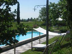 La piscina, lunga come le vasche d'altri tempi, è perfetta per una bella nuotata!